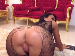 Yummy Milf Chick Using Toys On Webcam